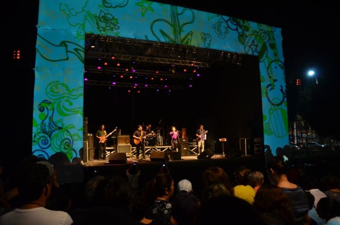 Camila Honda e banda no palco do Conexão Belém.